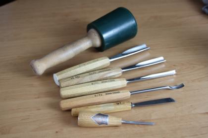 Schnitzmesser in unterschiedlichen Größen und Formen, Klüpfel