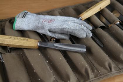 Schnitzmesser, Schnittschutzhandschuh und Rolle für Schnitzmesser
